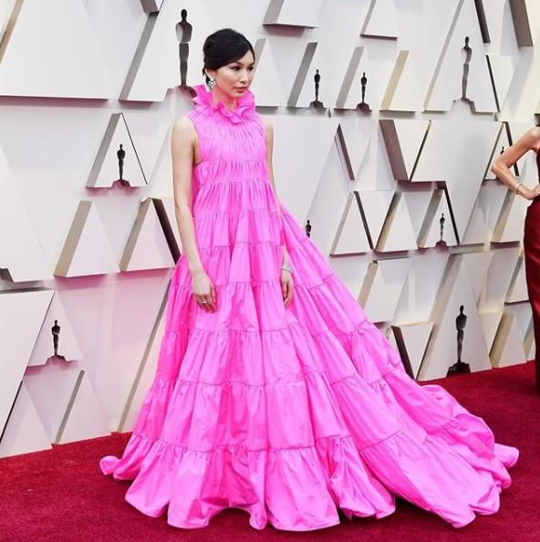 Rosa no Oscar - Gemma Chan de Valentino